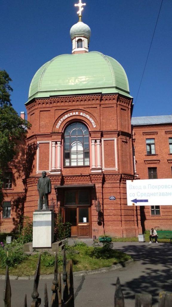 petesburg-lenin-przed-cerkwia-ktora-jest-szpitalem