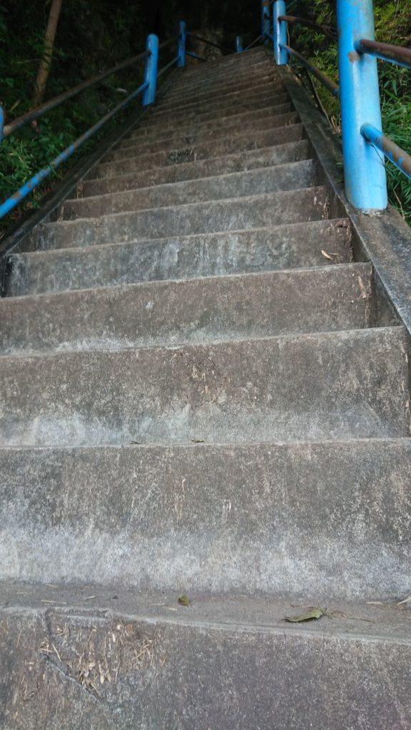 tiger-cave-temple-schody-na-szczyt