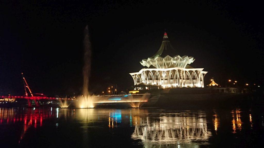 kuching-pokaz-fontann